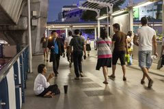 Pauvre femme priant à Bangkok image stock