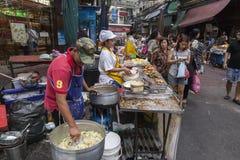 Pauvre femme priant à Bangkok photos stock