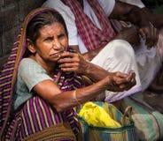 Pauvre femme priant en Inde images libres de droits
