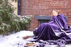Pauvre fille dans la neige Photographie stock