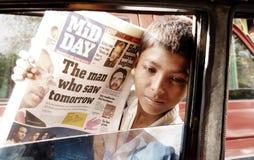 Pauvre garçon de rue en Inde vendant des journaux Photographie stock libre de droits
