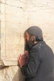 Pauvre homme au mur pleurant Images stock