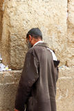 Pauvre homme non identifié priant au mur pleurant Images stock