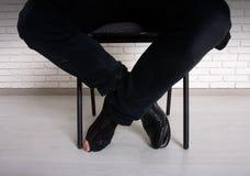 Pauvre homme sur une chaise Photos libres de droits