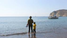 Pauvre mère avec l'enfant scrutant au fonctionnement de père de bateau où gagner pour la vie banque de vidéos