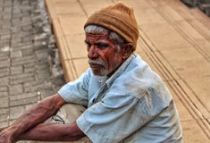 Pauvre vieil homme sur les rues Image libre de droits