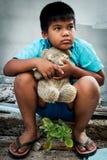 Pauvres de garçon avec le vieil ours de nounours images libres de droits