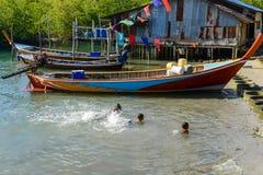Pauvres enfants ruraux nageant en mer peu profonde image libre de droits