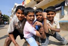 Pauvres garçons avec de beaux coeurs et sourire doux Photos stock