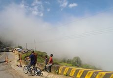 Pauvres personnes dans une route de montagne dans Antioquia, campagne Colombie images libres de droits