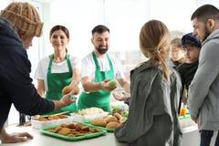 Pauvres personnes recevant la nourriture des volontaires photos libres de droits