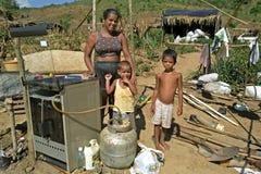 Pauvreté brésilienne pour la mère avec des enfants Image libre de droits