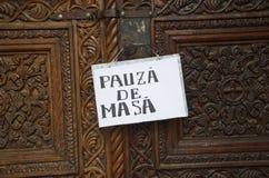 Pauza de Masa, lunchpauspanel på en kyrklig dörr Fotografering för Bildbyråer