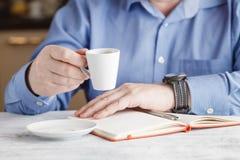 Pauze in het werk - een kop van koffie royalty-vrije stock foto