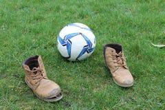Pauze op het voetbalgebied Bal op het groene gebied royalty-vrije stock afbeeldingen