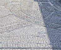Pavés ronds et rails croisés de tramway Images libres de droits