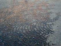 Pavés ronds humides en Europe image libre de droits