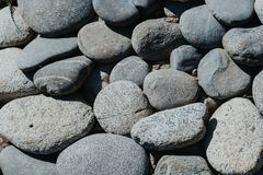 Pavés ronds ovales des formes arrondies douces, rochers de mer, fond de texture photos stock