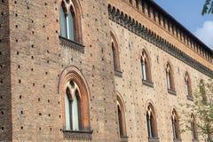 Pavía, Italia: el castillo medieval en la primavera fotos de archivo