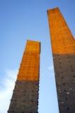 Pavía: las torres medievales en la puesta del sol Imagen del color Foto de archivo