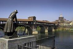 Pavía - puente cubierto sobre el río de Tesino Imagen de archivo