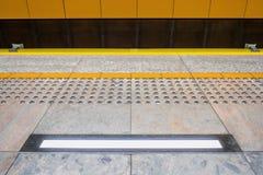 Pavage tactile pour visuellement impared à la plate-forme de souterrain L jaune photos stock