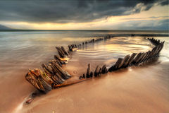 Épave de bateau de rayon de soleil sur la plage irlandaise - HDR Images stock