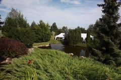 paver patio κήπων κατωφλιών λίμνη Paver κατωφλιών επισκόπηση εξωραϊσμού Patio Στοκ Φωτογραφίες