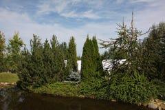 paver patio κήπων κατωφλιών λίμνη Paver κατωφλιών επισκόπηση εξωραϊσμού Patio Στοκ φωτογραφία με δικαίωμα ελεύθερης χρήσης