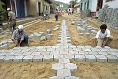 Pavers дороги латиноамериканца работая в улице, Никарагуа Стоковые Изображения
