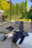 Pavers e ferramentas de pedra para o quintal Hardscape Foto de Stock Royalty Free