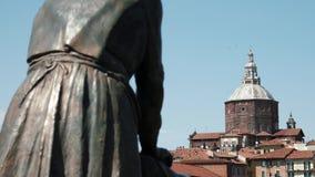 Pavia katedra widzieć z tyłu laundress statuy, Włochy (praczka) zbiory wideo