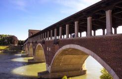 Pavia, Ponte-coperto, in Engelse 'Behandelde Brug'. Stock Afbeeldingen