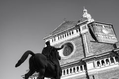 Pavia St Stefano Cathedral med den Regisole statyn Beijing, China Arkivfoton