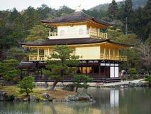 Pavilhão dourado em Kyoto imagens de stock