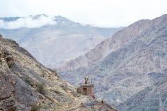 Pavilhão budista na cume com montanhas Foto de Stock Royalty Free