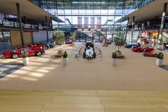 Pavilhão da exposição com os vários carros retros Fotografia de Stock