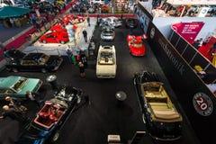 Pavilhão da exposição com os vários carros retros Foto de Stock