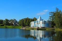 Pavilhão da gruta na grande lagoa Rússia, Tsarskoe Selo imagem de stock