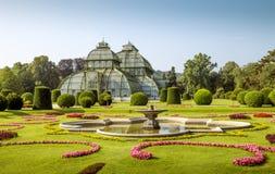 Pavilhão da palma do palácio de Schonbrunn nas terras foto de stock