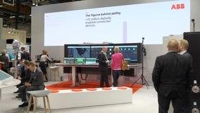 Pavilhão da robótica de ABB na exposição grande PacTec em Helsínquia