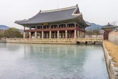 Pavilhão de Gyeonghoeru onde o rei coreano jogou festas para enviado estrangeiros fotos de stock royalty free