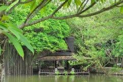 Pavilhão de madeira da margem Fotografia de Stock
