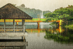 Pavilhão de madeira velho com reflexões em um lago Fotografia de Stock Royalty Free