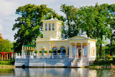 Pavilhão de Tsarina recentemente restaurado em Peterhof Uppe Foto de Stock