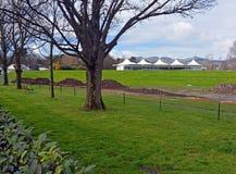 Pavilhão do grilo de Hagley & banco ovais novos da grama aberto em Christc Foto de Stock Royalty Free