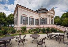 Pavilhão do jardim do século XVIII com os cafés exteriores na frente dele Abadia de Melk, Áustria fotos de stock royalty free