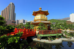 Pavilhão do ouro no jardim Fotos de Stock Royalty Free