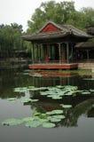 Pavilhão do palácio de verão que negligencia a lagoa real Fotografia de Stock Royalty Free