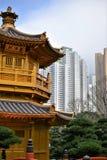 Pavilhão dourado com os arranha-céus em Nan Lian Garden, Hong Kong fotografia de stock royalty free